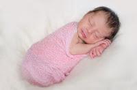 Bebé recién nacida durmiendo. Fotografía realizada en el estudio Positive de Roldán por Leticia Martiñena, fotógrafa de bebés recien nacidos y niños en Positive Roldán. New Born