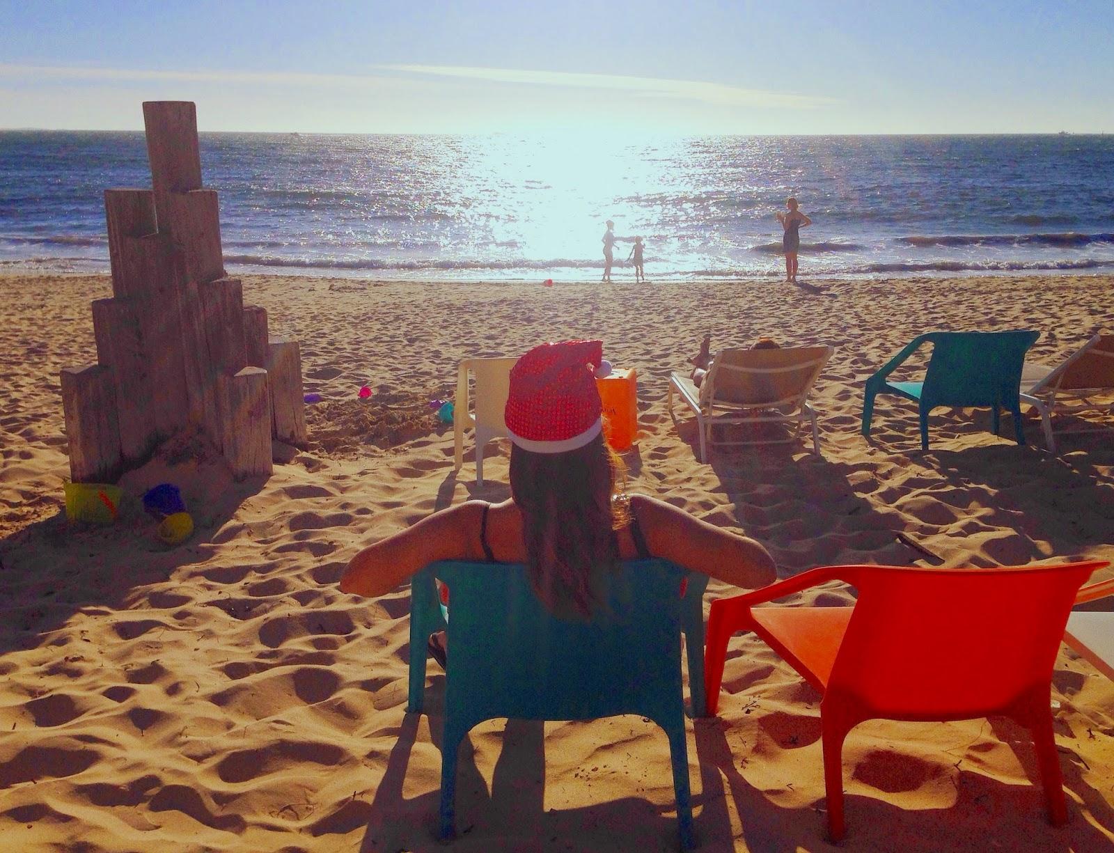 Prove generali di Natale in spiaggia, con cappellino di Babbo Natale e paillettes - foto di Elisa Chisana Hoshi