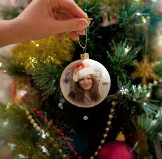 Generador: Bolas en un arbol de navidad con tu foto
