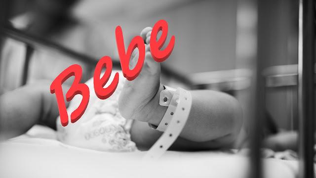 Beba u porodilištu nosi traku sa oznakom