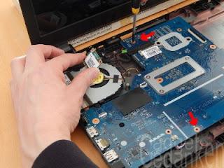 Schritt 15: 2 weitere Schrauben halten das Mainboard
