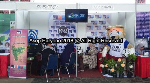 UNIK : Stand Radio Republik Indonesia (RRI) Pontianak termasuk unik karena ada maskot Siaran Piala Dunia berukuran besar. Tempat selfie yang menarik.  Foto Asep Haryono