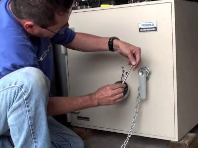 Cách mở khóa két sắt bị kẹt