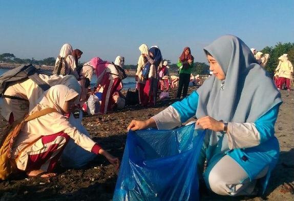Ribuan Santri NW Pancor Bersihkan Pantai Labuhan Haji
