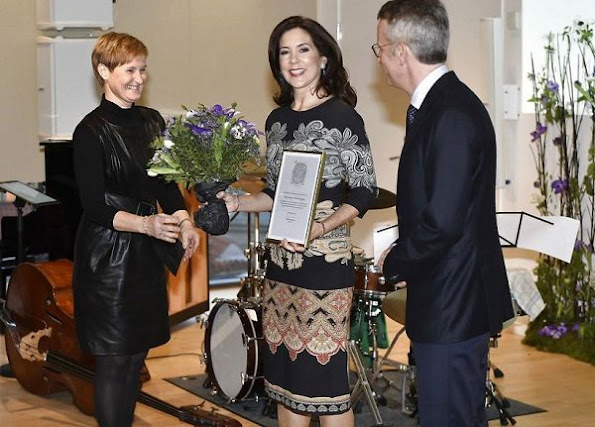 Crown Princess Mary wore Oscar de La Ranta Print dress, Quidam Alligator Clutch, Gianvito Rossi Pumps, Massimo-Dutti Reversible coat