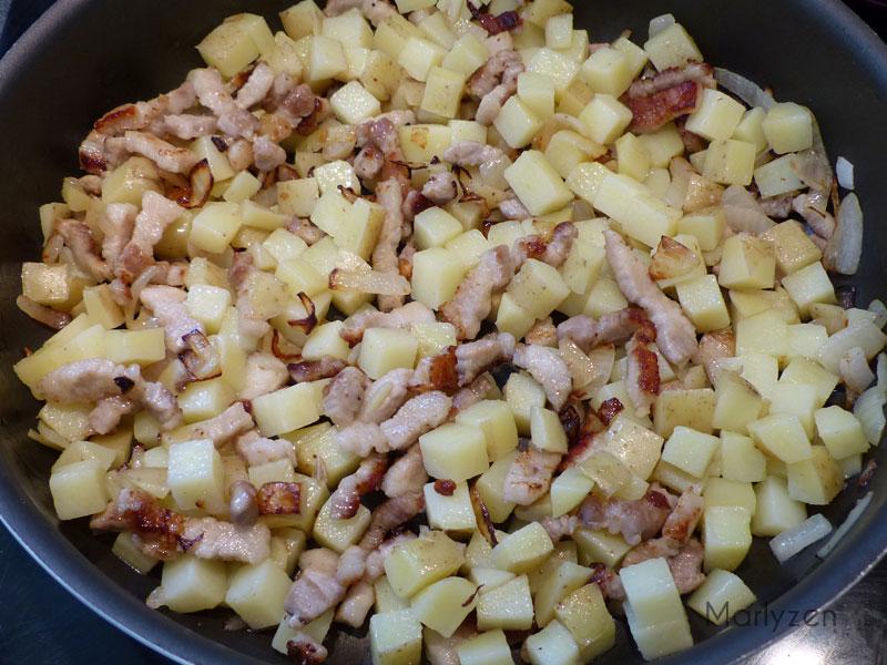 Ajoutez les pommes de terre et assaisonnez.