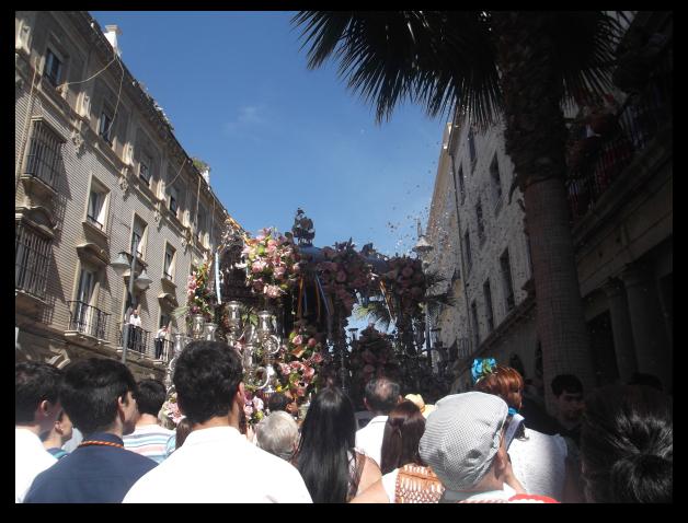El Simpecado de Emigrantes por las calles de Huelva