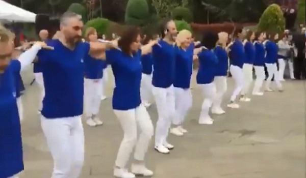 Σάλος με φεστιβάλ στην Κωνσταντινούπολη! Χόρεψαν συρτάκι στα γαλανόλευκα – «Έσταξαν» χολή οι Τούρκοι που… ονειρεύονται τα ελληνικά νησιά!