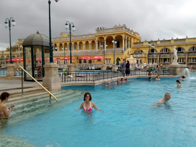 piscina-exterior-agua-caliente-balneario-Szechenyi-budapest-hungria