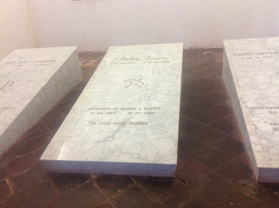 Na Capela de São Salvador do Sacramento encontram-se os restos mortais do ex Arcebispo de Recife e Olinda D. Helder Câmara