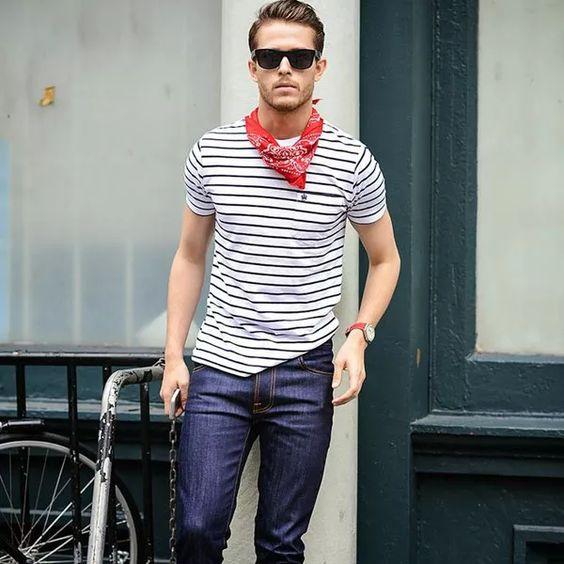 Look Masculino com Camiseta Listrada, Bandana, óculos