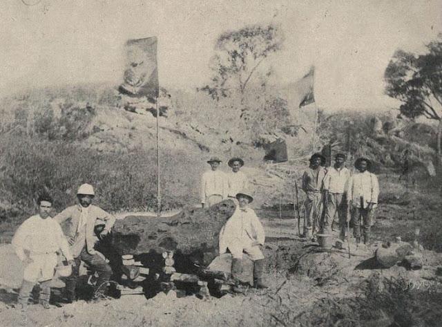 Meteorito de Bendegó em fotografia de H. Antunes, tirada em 1887 mostrando o meteorito ainda na margem do riacho Bendegó, com o vice-almirante José Carlos de Carvalho e dos engenheiros Humberto Saraiva Antunes e Vicente José de Carvalho. Ao fundo, tremula a Bandeira do Império do Brasil.