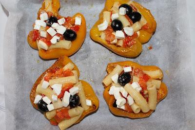 Peperoni ripieni con pasta, mozzarella e olive