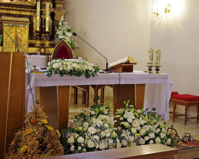 Rustykalna dekoracja ślubna ołtarz kościoła z białych kwiatów Prudnik
