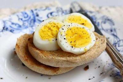 البيض المسلوق وجبن الشيدر وجبة فطور صحي متكاملة