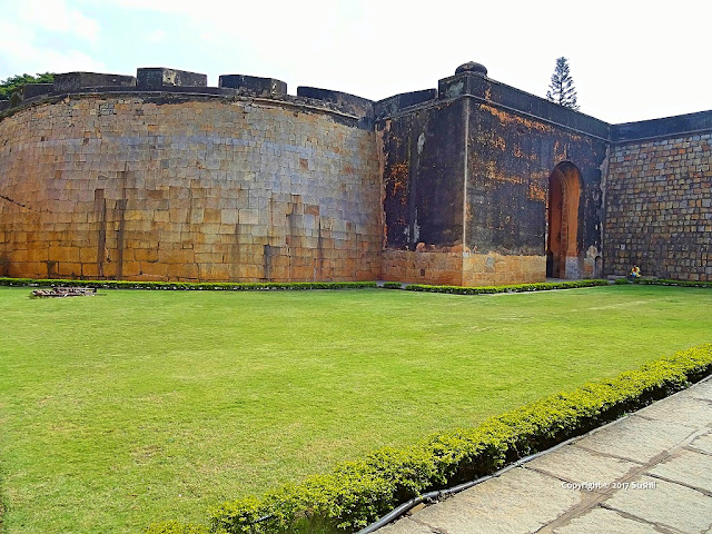 Open Lawn inside the Bangalore Fort (sonesrs.blogspot.in)
