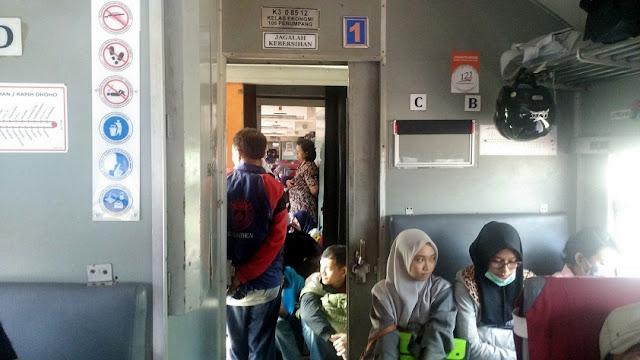 penumpang berdiri kereta api penataran