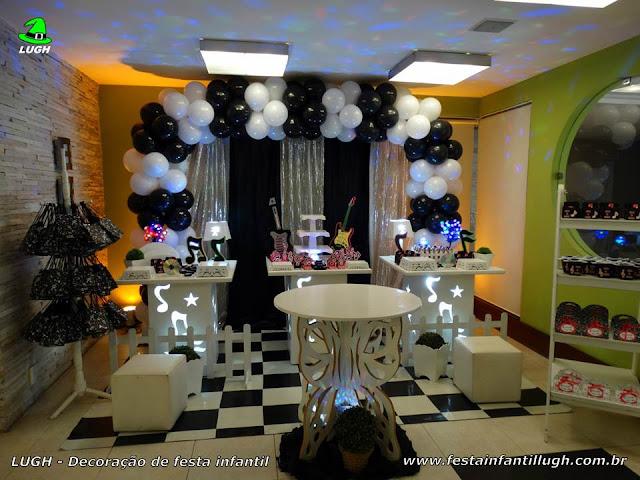 Decoração provençal Discoteca com cortinas preto e branco