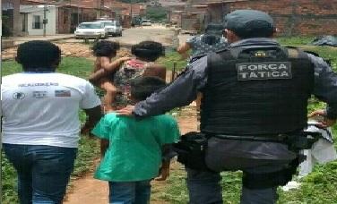 Guarnição do 1º BPM da Vila Embratel regata crianças  que foram abandonadas pela mãe no Sá Viana
