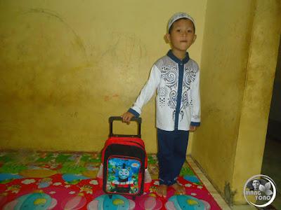 FOTO : Gigin siap - siap berangkat sekolah PAUD