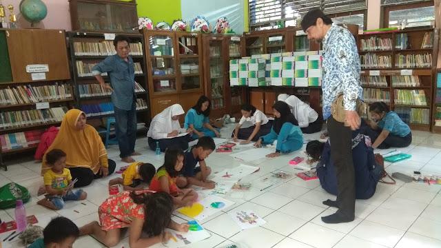Suasana belajar menggambar kartun di SMP Negeri 17 Semarang. (Dok. Gold Pencil)