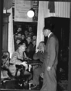 Nella sua kaffeehaus mentre parla con un gerarca nazista.