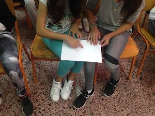 Μαθήτριες αγγίζουν σελίδα braille