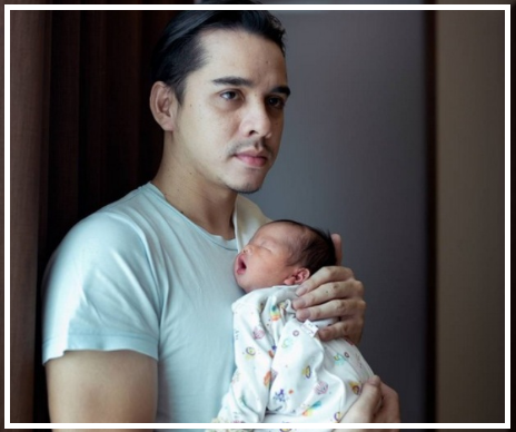 Rionaldo Stokhors sedang menggendong bayi