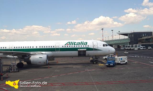 Alitalia Flugzeug am Airport Catania