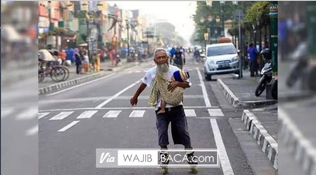Membelah Jalan Malioboro, Mbah Pri Momong Cucunya Dengan Menggunakan Sepatu Roda