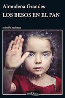 Grandes parte de preguntas como ¿Qué puede llegar a ocurrirles a los vecinos de un barrio cualquiera en estos tiempos difíciles? ¿Cómo resisten, en pleno ojo del huracán, parejas y personas solas, padres e hijos, jóvenes y ancianos, los embates de una crisis que «amenazó con volverlo todo del revés y aún no lo ha conseguido»? para relatar la vida de una familia que vuelve de vacaciones decidida a que su rutina no cambie,  compuesta por un recién divorciado, una abuela que pone el árbol de Navidad antes de tiempo para dar ánimos y una mujer que se va al campo a vivir de las tierras de sus antepasados. Los muchos vecinos y protagonistas de esta novela, viven momentos agridulces, llenos de solidaridad, indignación, rabia, ternura y tesón, aprendiendo a besar el pan.  Es un libro duro, porque son los niños quienes padecen los problemas más fuertes de la crisis, sin tener culpa de nada. Los besos en el pan cuenta lo que ha supuesto la crisis en España (jeje y en Venezuela también) para millones de familias anónimas que se ven encarnadas en los personajes de estas historias. Los Martínez Salgado construyen una crónica de la actualidad, que encarnan anécdotas y tienden al arquetipo común de los ciudadanos de a pie.  Grandes muestra la soledad y aprovecha la literatura para denunciar la crisis en la que se ve envuelta. El barrio aparece como centro de vivencias y actividades, que se fe afectado por una situación económica que no entiende de clases sociales, donde los vecinos no son culpables de lo que los rodea, pero sí son víctimas del ambiente. Ella narra las circunstancias que padecen cada uno de ellos, que se pasean desde la inmigración, la explotación y los despidos, hasta la falta de alimento en las familias, la corrupción y los desahucios.  Sus vidas se cruzan para generar nuevos conflictos, amor, deseo, secretos, cenas, fiestas, violencia, suicidio, alcoholismo, enfermedades, desamor y otras tantas miserias que luchan por intentar ser felices. Los besos en el pan es