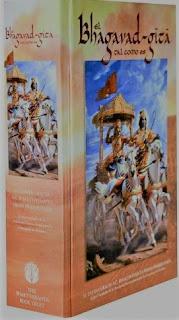 El Bhagavad Gita tal como es está compuesto por más de 700 versos y se divide en 18 capítulos.  Se cree que la datación de la narración que en él se desarrolla tiene una antigüedad de más de 5.000 años, ya que su producción fue previamente oral y luego se asentó en el manuscrito que está datado en el siglo IV a.c. La versión que nos ocupa es la traducción desarrollada por: A.C. Bhaktivedanta Swami Prabhupada, el fundador de la Asociación Internacional para la Consciencia de Krishna. Esta versión se titula: ´Bhagavad Gita, tal como es´ y es una de las versiones autorizadas por la cultura Vaishnava,
