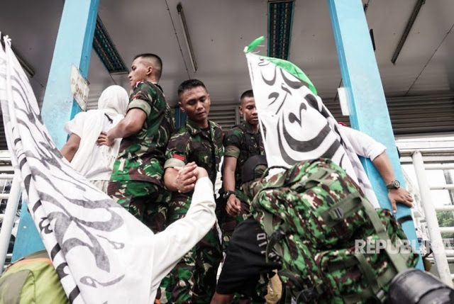 Datang ke Monas dengan Senjata Lengkap, Anggota TNI Tulis Puisi yang Bikin Nangis