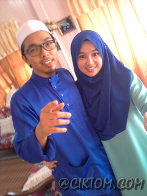 My sis pakai shawl color electric blue