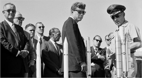 J.F.Kennedy este invitat sa vada primele planuri ale proiectului Apollo