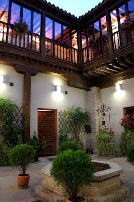 Pozo y fuente en los patios de Toledo.Patios con mucha Historia. Los patios de Toledo abren al público por la festividad del Corpus