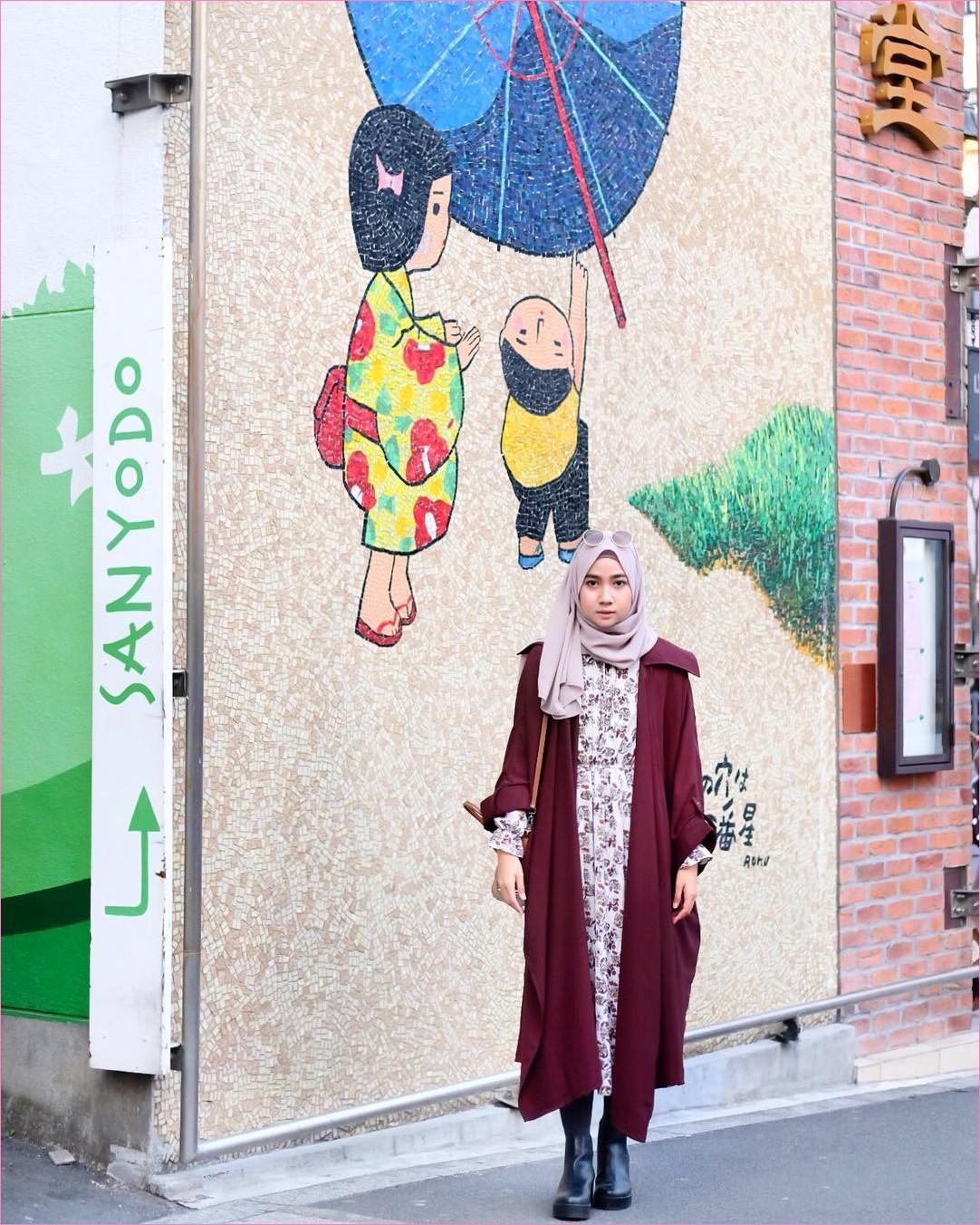 Outfit Kerudung Pashmina Ala Selebgram 2018 hijab pashmina sifon krem cardigan merah maroon ciput rajut baju abaya putih legging ankle boots hitam kacamata bulat ungu muda slingbags handbags coklat ootd trendy kekinian jepang
