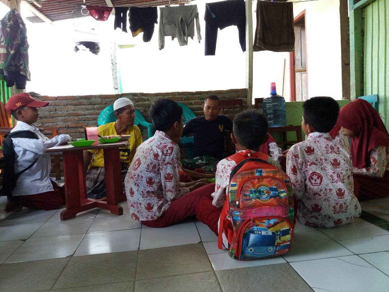 Personel Satgas TMMD Kodim 1407/Bone Tak Hanya Dekat Orang Dewasa, Tetapi Juga Sama Murid SD