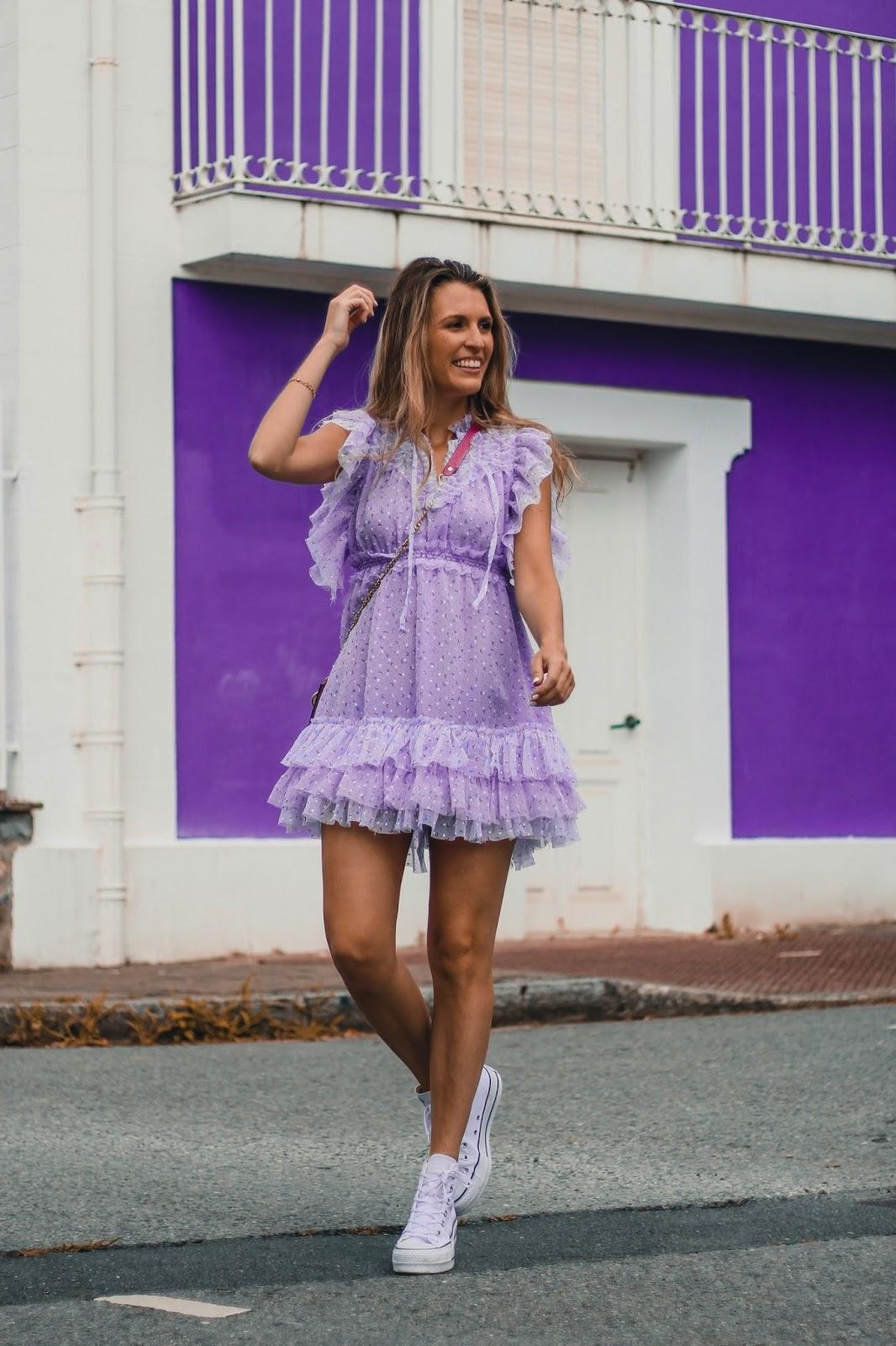 vestido femenino con zapatillas