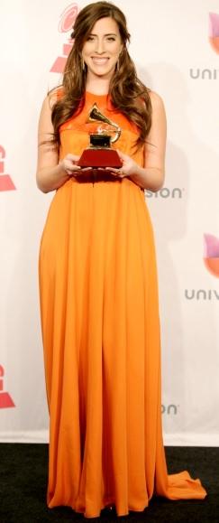 Foto de Mariana Vega feliz con premio
