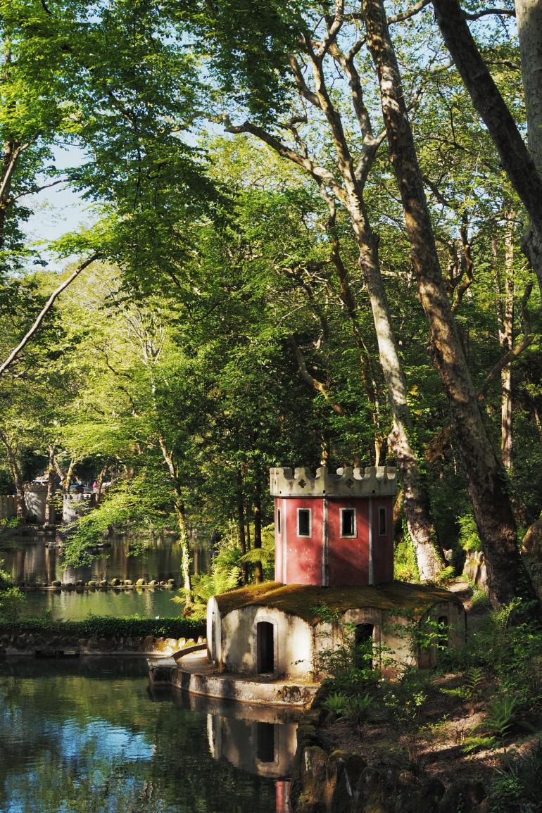 Promenade dans le parc du palais de Pena près de Lisbonne