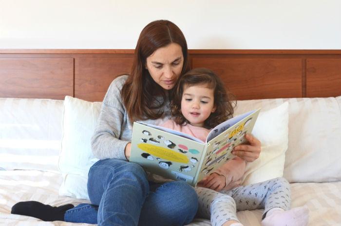 educación emocional a través de los cuentos , madre y hija leyendo