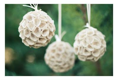 Haz un adorno para rbol de navidad con cintas de raso for Elaboracion de adornos navidenos