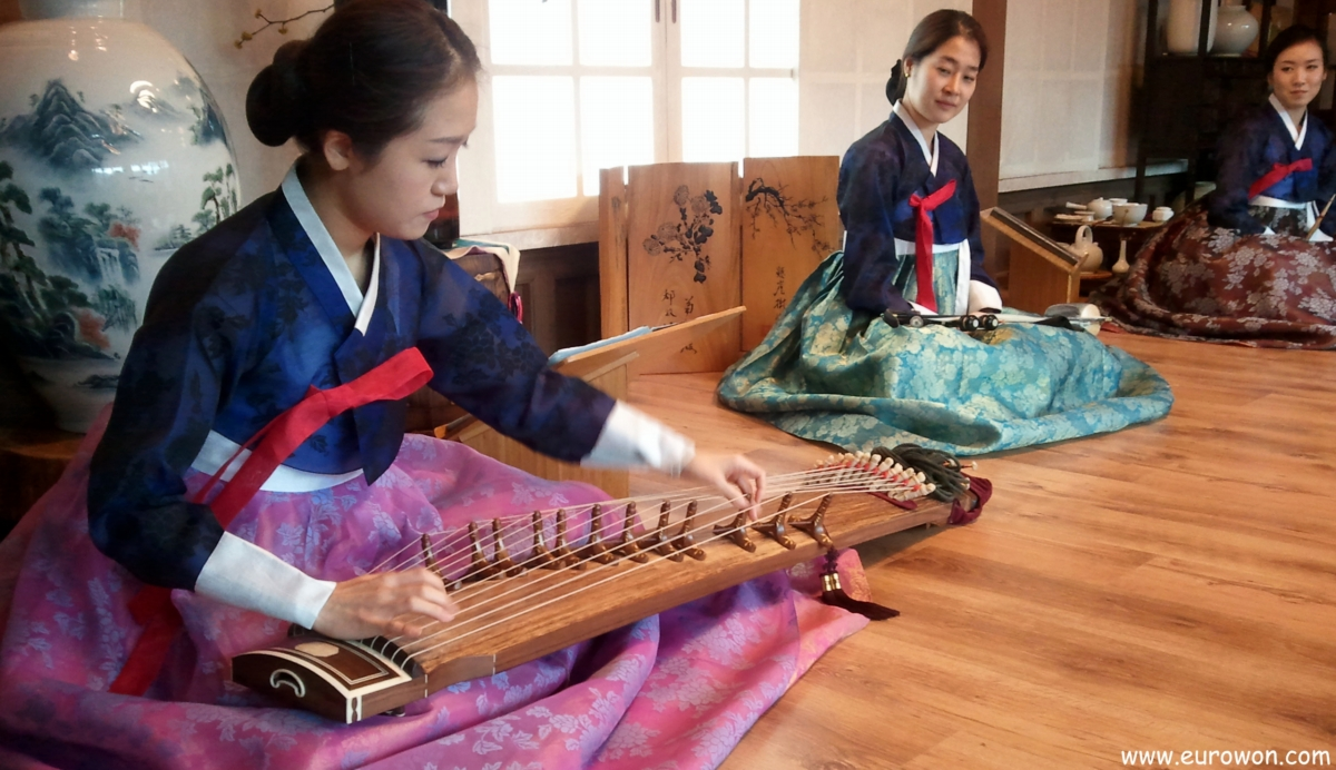 Chicas tocando música tradicional de Corea del Sur