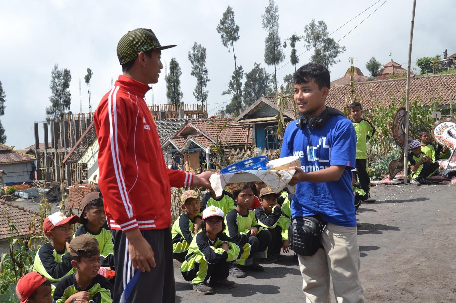 Kegiatan bersama anak-anak dan warga lokal dalam voluntourism Bromo Book for Mountain
