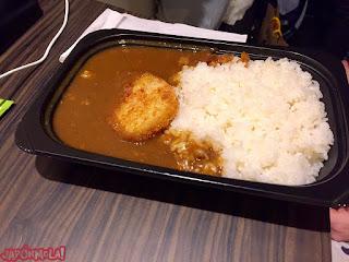 Curry para llevar comprado en Jimbocho, Tokyo