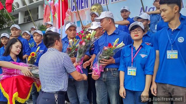 Thầy trao hoa cho các đội trưởng thể hiện sự cảm ơn, lòng tự hào sâu sắc đến tất cả các chiến sĩ TN