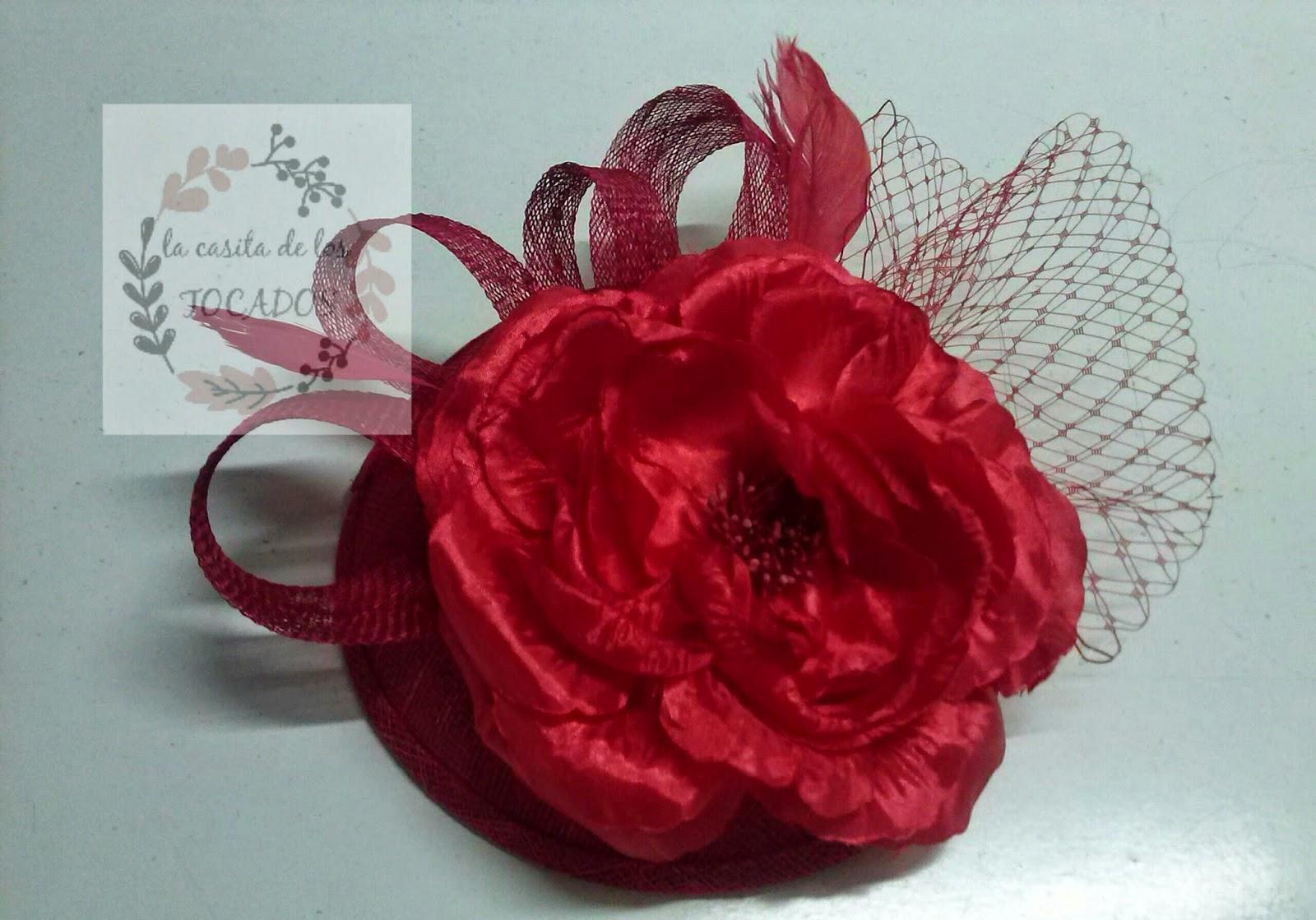 tocado para boda en color rojo con velo, plumas y flor grande