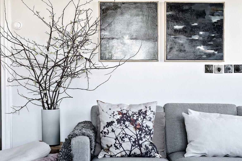 sofa, gris, manta, plaid, cojines, cojines nordicos, funda cojin nordico, plantas, decorar con ramas, macetero,interioriosmo, barcelona, alquimia deco