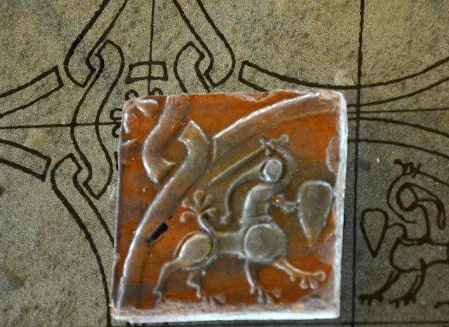 ceramiczy kafel z opactwa benedyktyńskiego w Tyńcu, koniec wczesnegośredniowiecza
